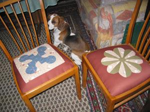 zwei Stühle mit Patchwork-Sitzfläche